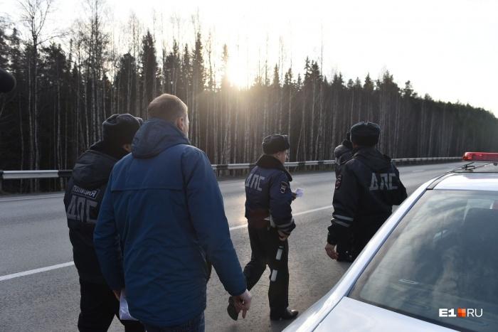 Госавтоинспекторы полтора часа крутились в районе леса, чтобы мужчина смог услышать звук и выйти на него