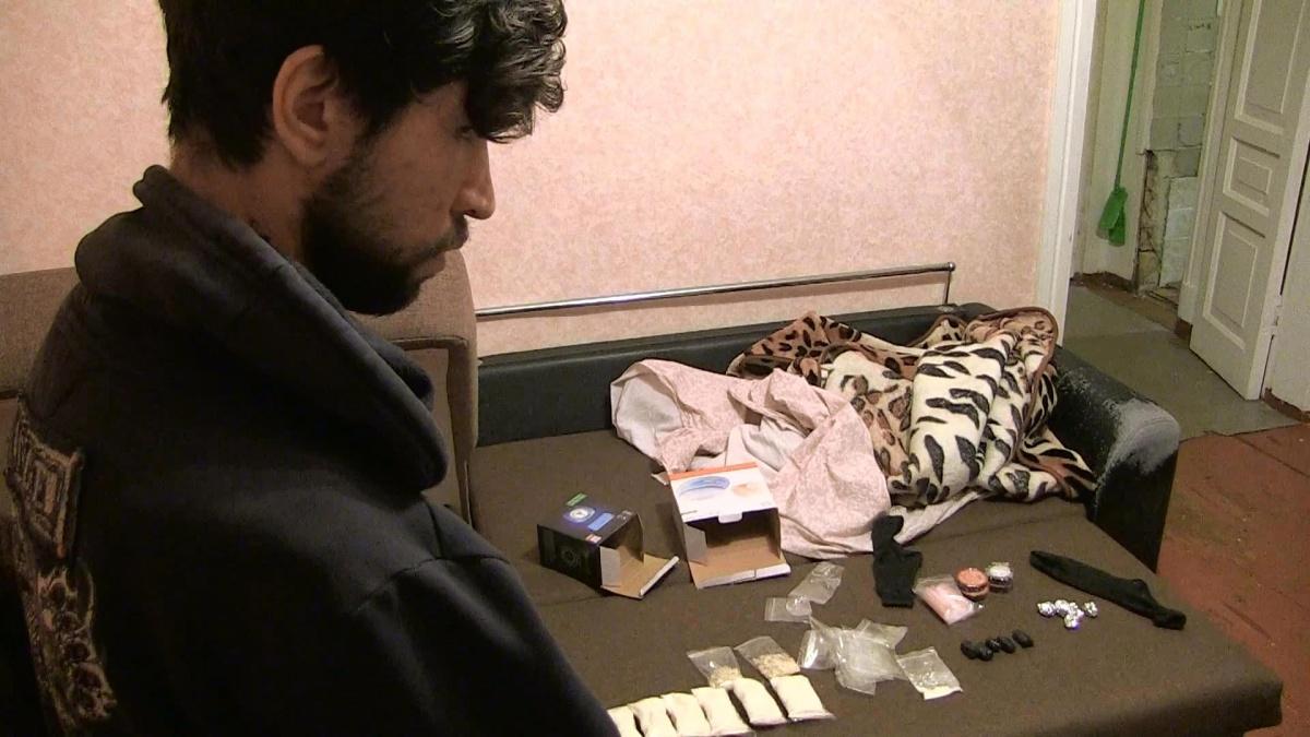 На допросе задержанный рассказал, что сбывал свой товар через так называемые закладки