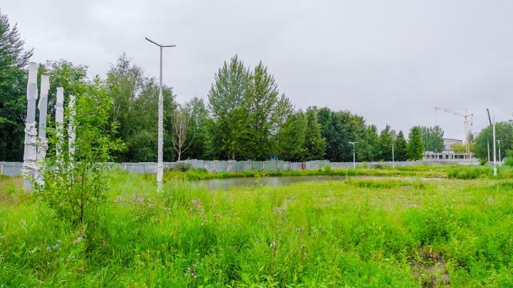 Дождутся ли жители Вышки-2 нового сквера? Старый — огородили и перекопали осенью. Так и стоит
