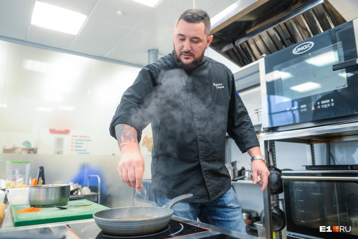Мы находимся не в основной кухне ресторана, а на отдельной кухне, где Максим придумывает и отрабатывает блюда