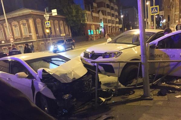 От удара на дорожное ограждение отбросило сначалаHyundai, после— машину такси. Вот результат