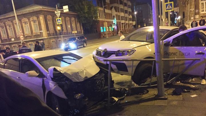 Смяли забор, отлетели зеркала и бампер: ночью на перекрестке в центре Тюмени разбились две иномарки