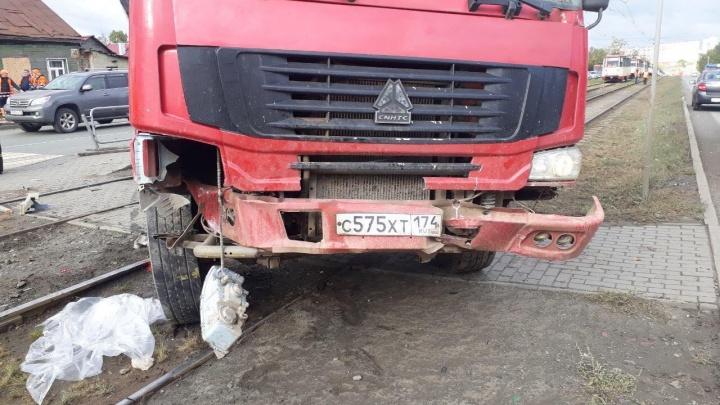 Момент наезда грузовика на остановку с людьми в Челябинске попал на видео