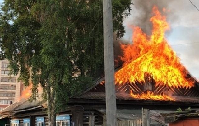 В частном секторе Тюмени сгорел четырехквартирный дом