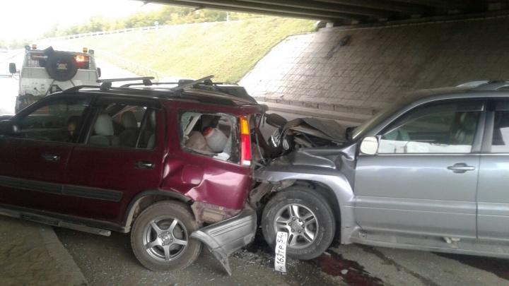 «Лексус» на полном ходу врезался в стоящую «Хонду»: у водителя CRV переломы обеих ног