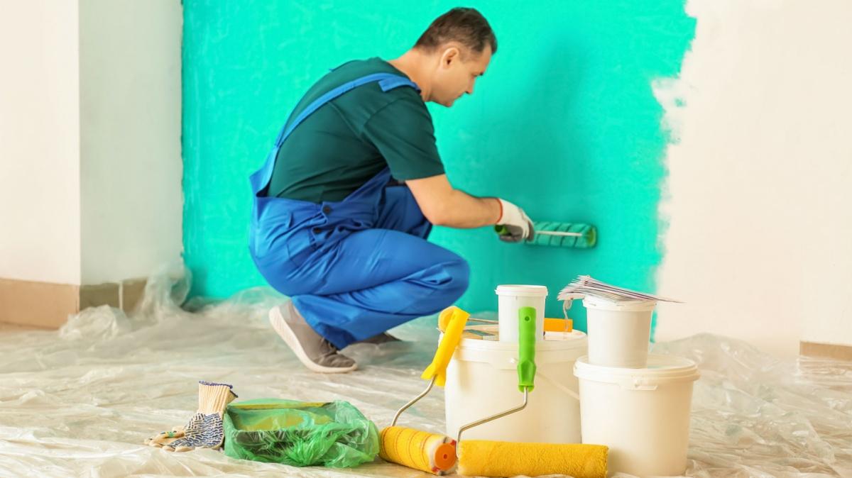 Для одной из стен владельцы квартиры выбрали бирюзовую краску