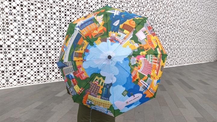 В Екатеринбурге знаменитую надпись«Я бы обнял тебя, но я просто текст» от Тимы Ради нанесли на зонт