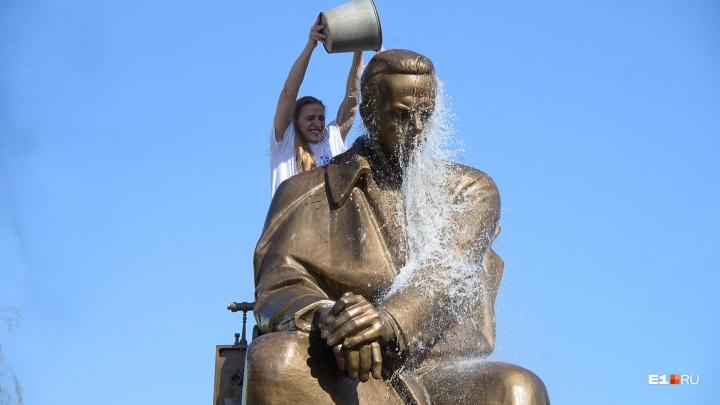 Студенты-радийщики отмыли памятник Попову