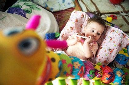 Хрустальной малышке из Красноярска собрали денег на операцию и отправляют на лечение