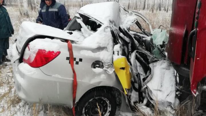 Женщина за рулём такси погибла в ДТП с грузовиком на трассе под Челябинском
