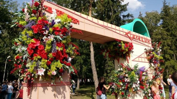 Пластмассовый мир победил: омская «Флора» стала выставкой искусственных цветов