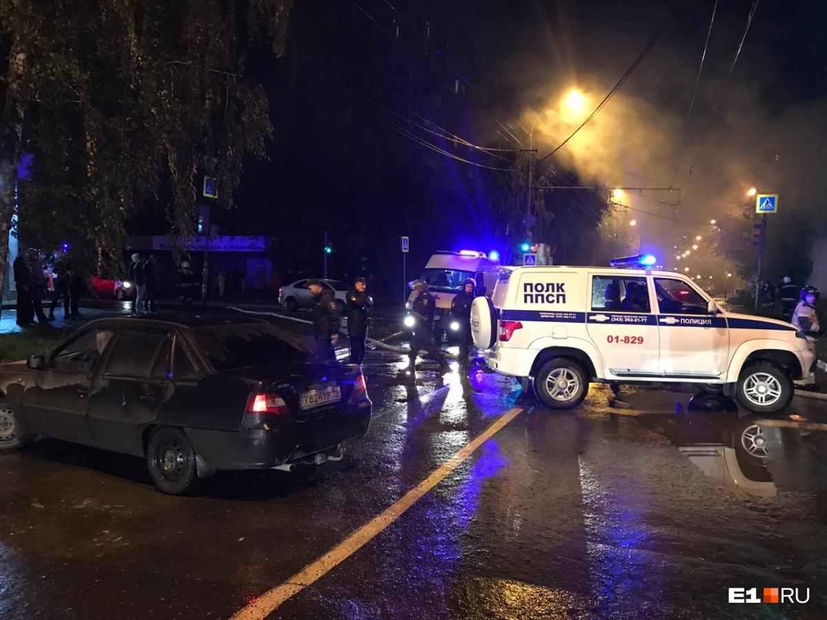 Полицейские перекрывали дорогу
