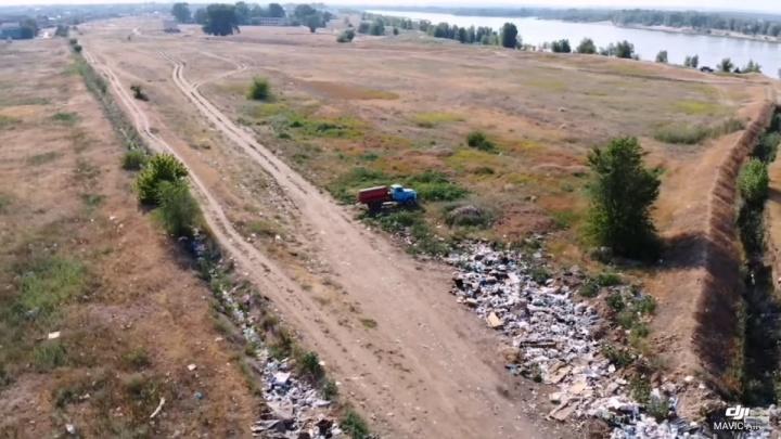 На берег Ахтубы под Волгоградом грузовиками вывозят тонны мусора