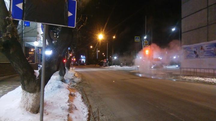 Хотел развернуться, въехал в маршрутку и улетел на припаркованные иномарки: ДТП на Комсомольской