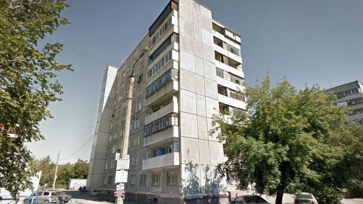 В Челябинске из окна многоэтажки упала 22-летняя девушка