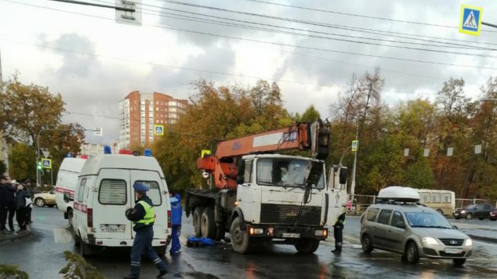 «Оставалось семь секунд — она побежала»: в Челябинске автокран насмерть сбил школьницу