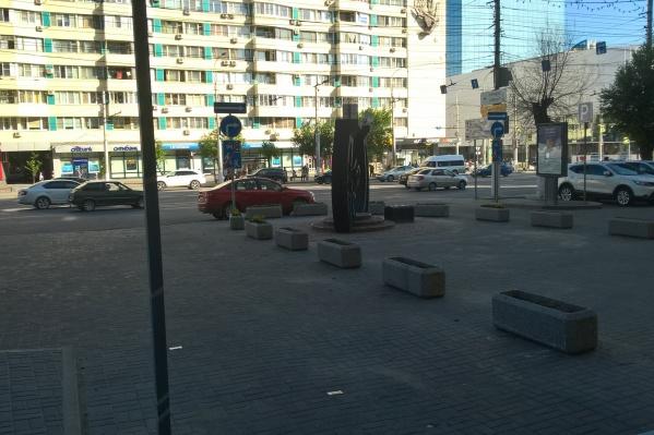 В конце прошлой недели рабочие убрали с пешеходной дорожки все клумбы