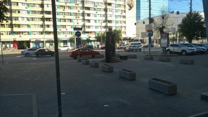 «Водителям придется потесниться»: на тротуар в центре Волгограда вернули «кладбище» из клумб