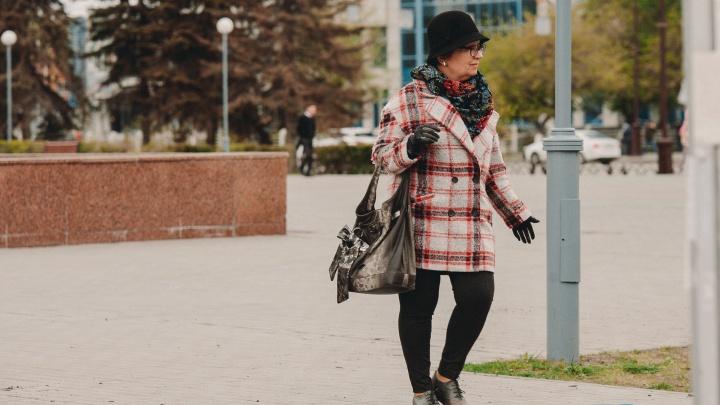 Гуляют в одной футболке, бегают по полям, читают Булгакова: смотрим, как тюменцы встречают эту осень