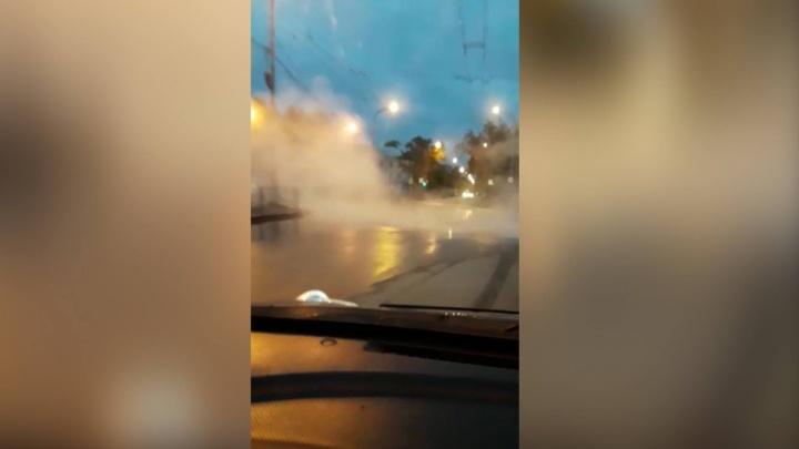 """""""Перекрёсток в тумане"""": на Уралмаше из-за коммунальной аварии горячая вода вырвалась наружу"""