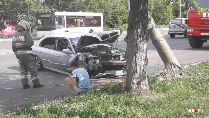 В Самаре на Авроре водитель снес опору освещения