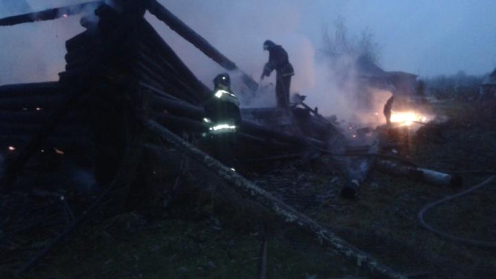 Спасатели выносили тело из горящего дома: в пожаре погиб пенсионер