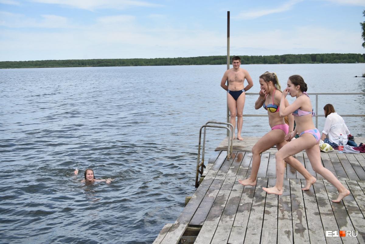 На пляже под Екатеринбургом открыли купальный сезон. Жаркий фоторепортаж