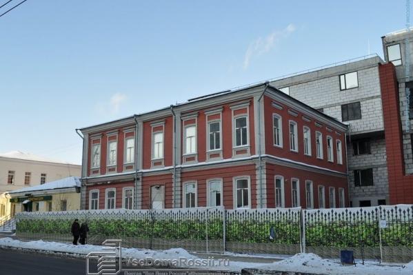 Старинный дом когда-то относился к Екатеринбургскому кафедральному собору (ныне снесенному) и принадлежал городскому голове