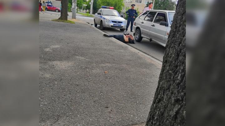 Руки за спиной в наручниках: в Ярославской области посреди улицы скрутили мужчину