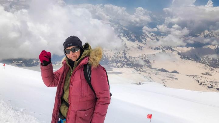 «Жалею, что не пошла в горы раньше»: как 60-летняя пенсионерка из Прикамья покорила Эльбрус
