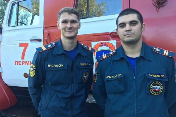 Сотрудники МЧС Артем Цецегов и Иван Балыгин вынесли из огня ребенка и бабушку, потом вернулись в дом и вывели еще двух женщин