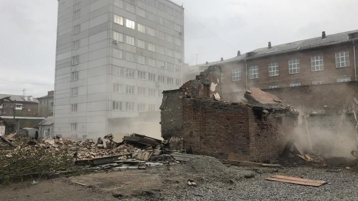 Рабочие начали сносить здание недалеко от проспекта Дзержинского