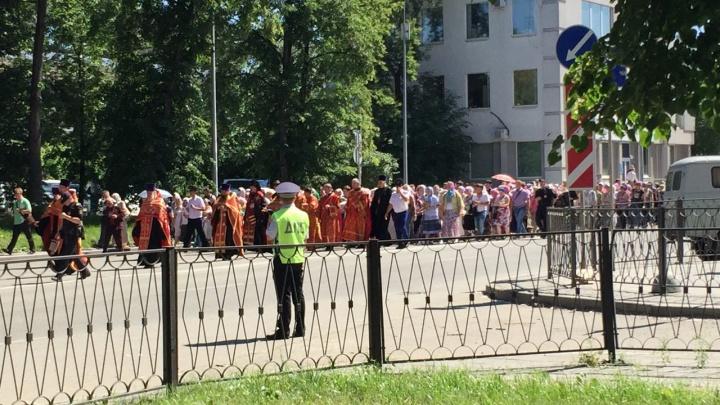 Быстрым шагом и c колокольней на грузовике: в Екатеринбурге отрепетировали Царский крестный ход