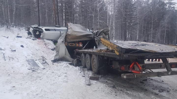 Отказали тормоза: фура из Челябинска снесла с трассы микроавтобус в Иркутской области