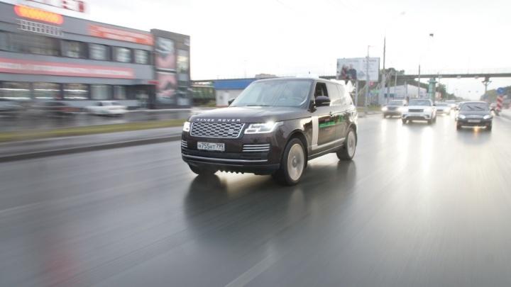 Новосибирские водители устроили массовый парад на «Лэнд Роверах» по улицам города
