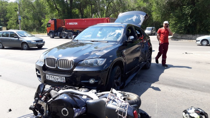 «Завершал маневр, и ему прилетело»: на юге Волгограда мотоцикл протаранил дорогую иномарку