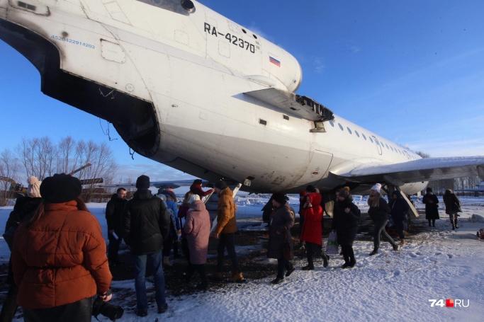 Челябинский самолёт, где репетируют эвакуацию, на ремонте, поэтому некоторые части у него просто отсутствуют