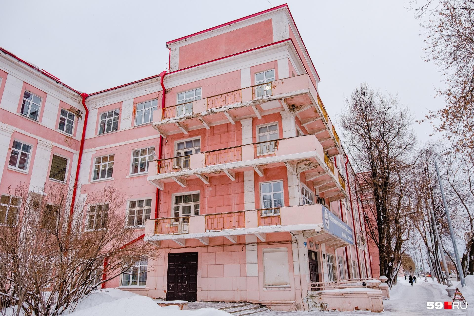 Углы техникума украшены балконами