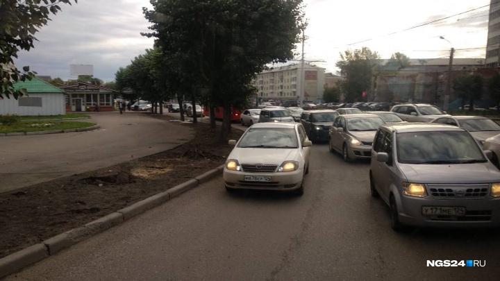 Красноярцы обвинили выделенную линию на Коммунальном мосту в создании огромной пробки