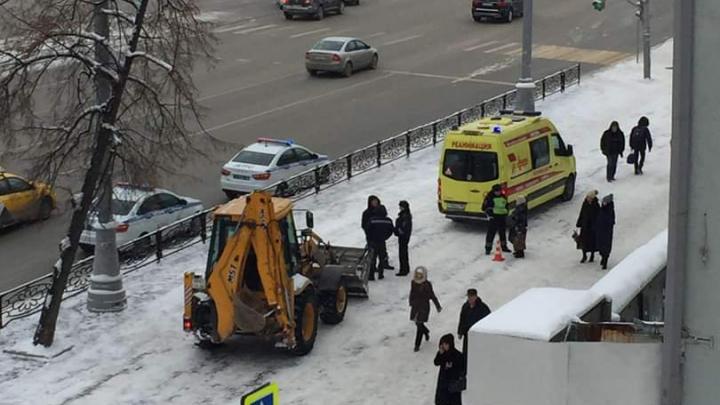 На тротуаре возле Главпочтамта снегоуборщик сбил пешехода