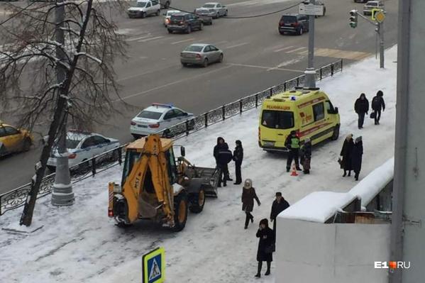 За пострадавшим машина реанимации заехала на тротуар
