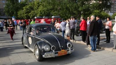 Элегантная рухлядь: на площади Ленина припарковались 40 раритетных машин