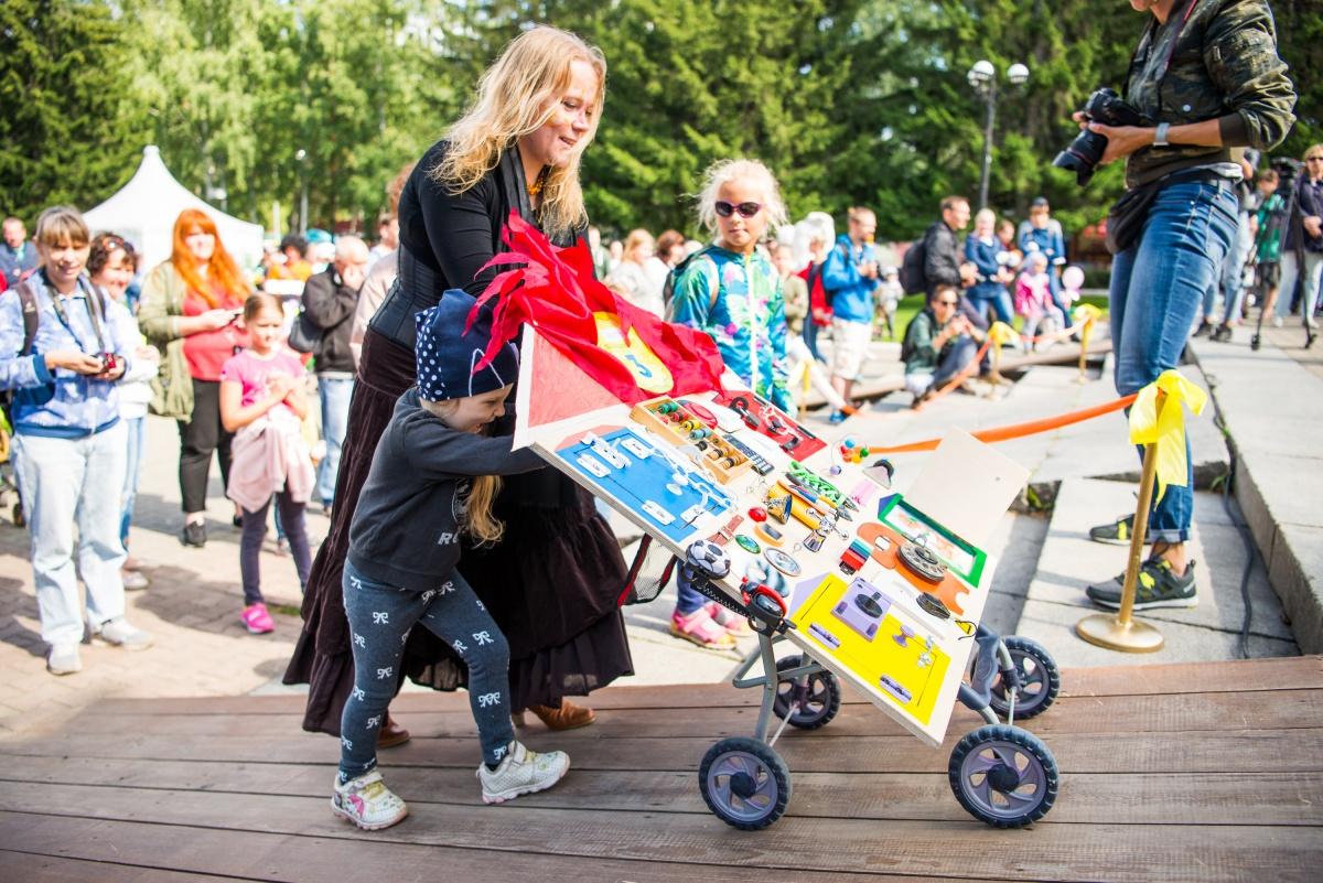 Дети показывали свои коляски жюри