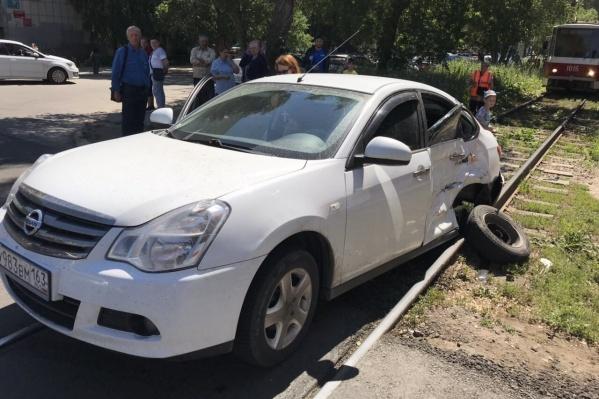 После аварии машину отбросило на соседний рельсовый путь