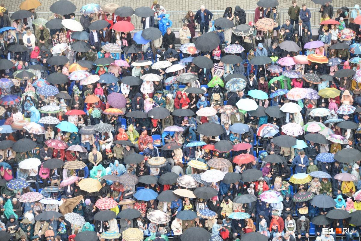 Во время парада пошёл сильный дождь. Прошлое 9 мая тоже было дождливым