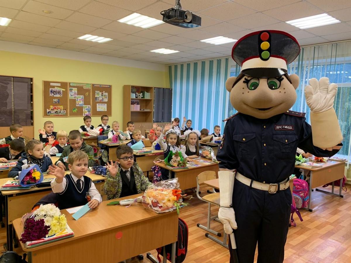Инспектор напомнил детям о необходимости соблюдать ПДД