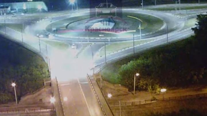 Две машины устроили аварию на абсолютно пустой дороге при съезде с кольца