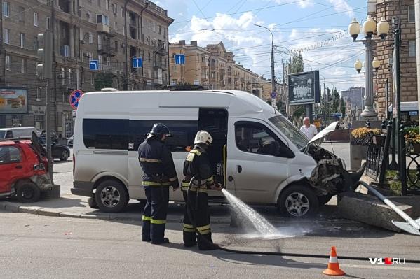 Маршрутка с пассажирами влетела в угол забора на перекрестке Ленина и Комсомольской