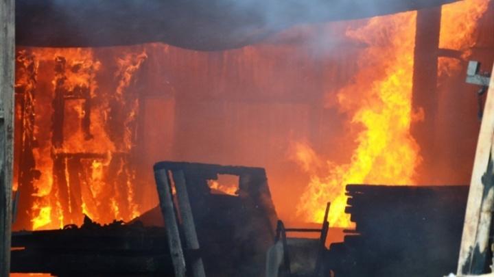 «Огонь пожирал всё»: в Челябинске загорелся столярный цех
