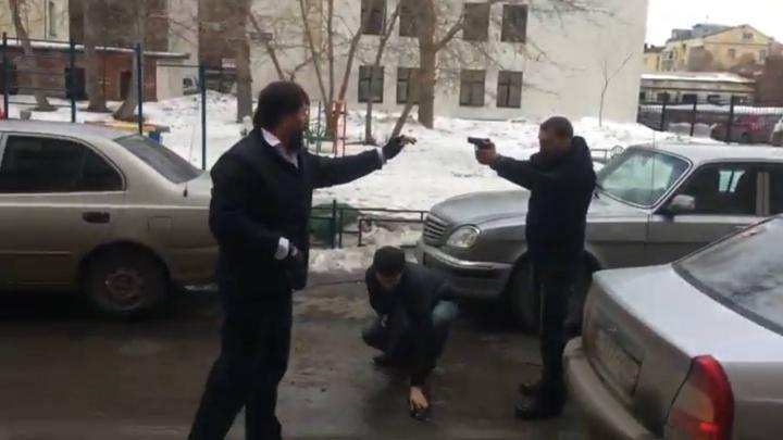 Сначала они просто дрались: появилось видео разборок со стрельбой во дворе на Пушкина